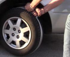 Un joven enrolla cuerda alrededor de la rueda delantera y tira fuerte. Este truco te salvará