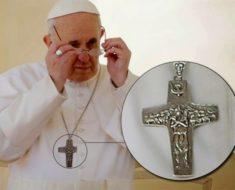 ¡La cruz que lleva el papa NO es un crucifijo de CRISTO!