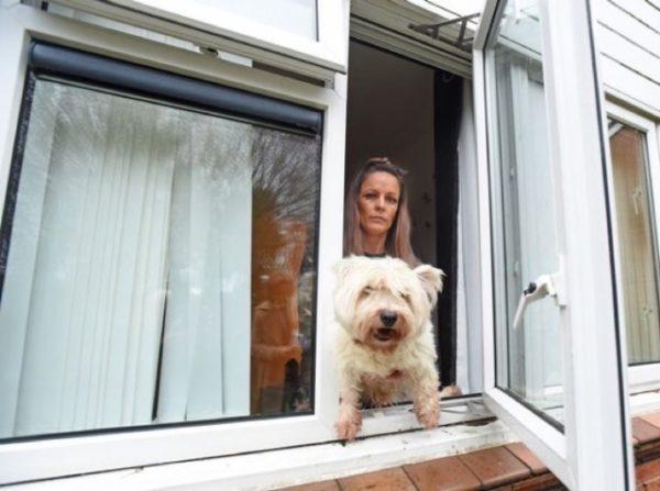 Ella vive sola en su vecindario y tiene que entrar y salir por una ventana