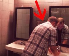 Él pensaba que estaba solo en el baño, pero lo que vio en el espejo lo dejó paralizado