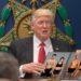 La nueva orden ejecutiva de Trump: Latinos de piel blanca tendrán que broncearse