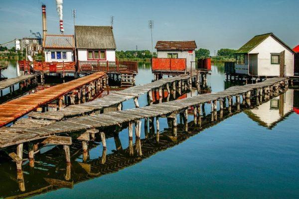 Las increíbles casas flotantes del lago Bokodi