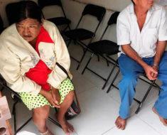 """Humilde pareja de ancianos tuvo que quitarse sus sandalias para """"no ensuciar"""" la oficina del alcalde"""