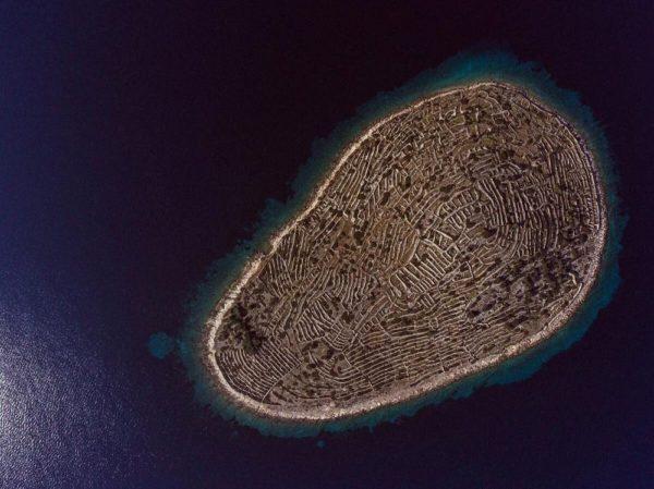 isla baljenac croacia luce como una gigantesca huella dactilar