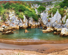 La playa de Gulpiyuri en Asturias es la más pequeña del mundo