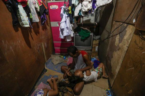 Este padre ha conmovido a todos: llevo a sus 2 hijas a comer y él solo miraba por falta de dinero