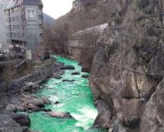 El misterioso enigma del río de Andorra que amaneció teñido de color verde