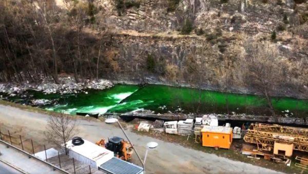 rio valira de andorra amanecio teñido de color verde