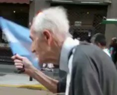 Señor de 102 años da lección a jóvenes del mundo. Sale a protestar en contra de...