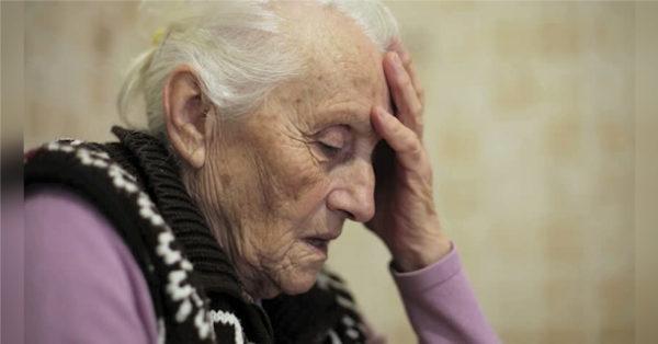 Le pidió a su esposo que sacara a su anciana madre de su boda y entonces, él hizo lo impensable…