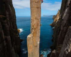 Totem Pole, un columna de piedra de 70 metros en Tasmania, Australia