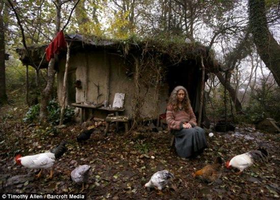 Creían que estaba loca por vivir en el bosque, hasta que conocieron su casa