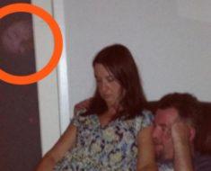 Días después del entierro, su hija sacó esta foto. Cuando la vio de cerca sintió un gran escalofrío en todo el cuerpo