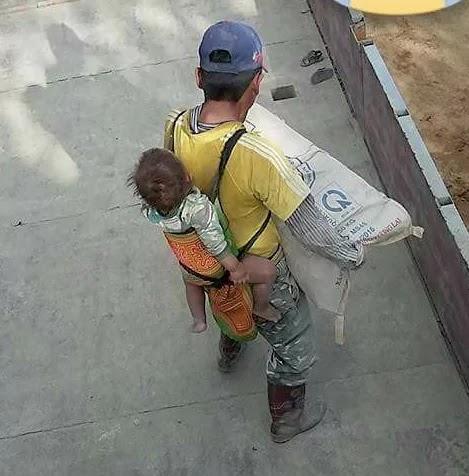 Jornalero trabaja cargando su hijo en la espalda y se volvió viral en las redes sociales