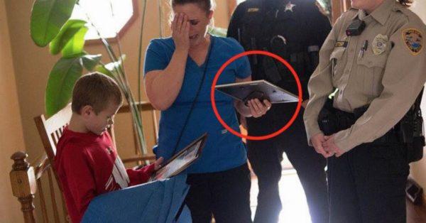 La madre abrió la puerta y había dos policías. Cuando vio lo que tenían en las manos no supo qué decir…