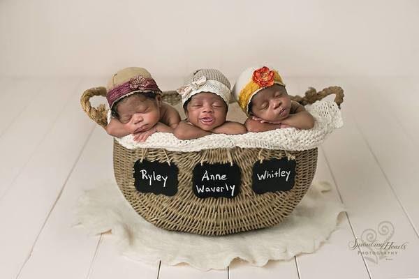 Madre da a luz a 3 bebés con piel oscura; allí el padre mira de cerca y rompe en llanto