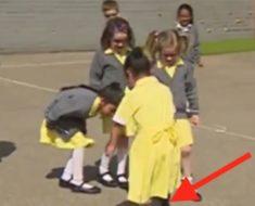 Las niñas juegan en el patio de la escuela. Pero cuando ven lo que sale de debajo de la falda de esta niña, todas corren hacia ella