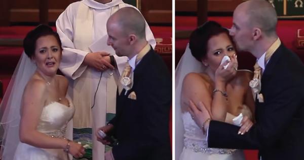 El novio interrumpió la boda y le pidió a la novia que mirara hacia atrás. No podía creer lo que estaba pasando