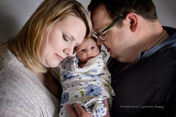 ¿Conoces a los bebés arcoíris? Esta familia no pudo evitar llorar de la felicidad al recibir el suyo