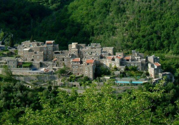 Colletta di Castelbianco, una antigua villa de piedra escondida entre montañas en Italia