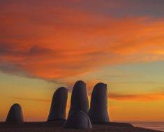 Esculturas de manos gigantes alrededor del mundo