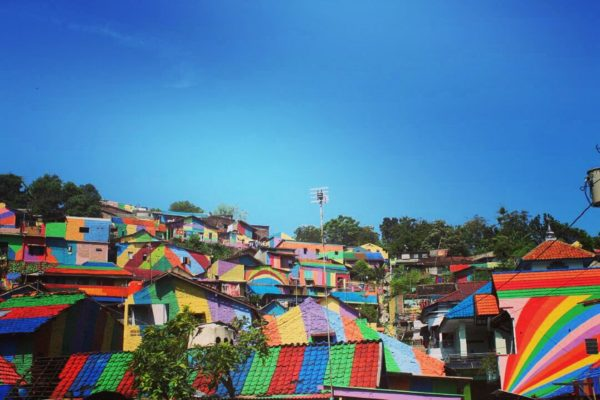Este pueblo indonesio se ha convertido en un auténtico arcoíris