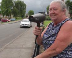 Esta mujer agarra el secador y apunta al auto que pasa por su calle. ¡Lo que pasa entonces es una absoluta locura!