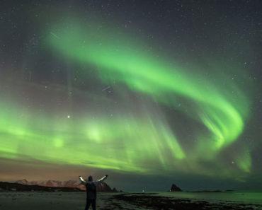 Así es dormir bajo auroras boreales en Noruega (10 fotos)