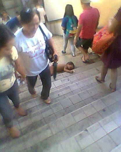 Todos pasaban caminando a lado de un bebé tirado en las escaleras y nadie hacia nada, hasta que paso algo...