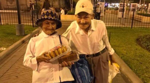 Esta pareja de abuelitos se ha viralizado por la razón más adorable del mundo