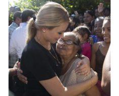 Jovencita damnificada de Oaxaca le regaló una cadena de oro a Angélica Rivera y ella la aceptó. La cadena era lo más valioso de su familia