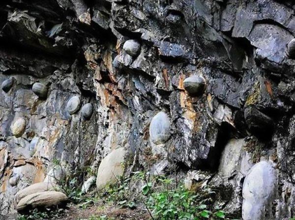 El misterioso acantilado del que salen 'huevos' cada 30 años