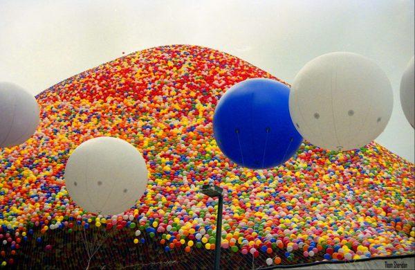 Esto es lo que sucede cuando más de un millón de globos se sueltan al aire