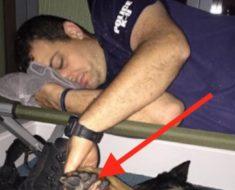 No creerás lo que este policía tenía en su mano mientras dormía