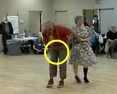 De repente el anciano se pellizca sus partes – después todos se quedan mirando lo que pasa en el suelo