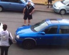 Un coche bloquea la salida de su garaje y en lugar de llamar a la grúa avisa a su sobrino