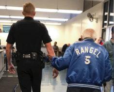 Echan del Banco a un anciano enojado, entonces un policía lo vuelve a llevar para cumplir su deber