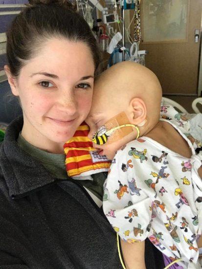 Esta enfermera pensó que nadie la veía, pero la madre se dio cuenta y no se pudo quedar callada