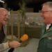Granjero se ríe como gallina y la entrevista se sale completamente de control; nadie para de reír