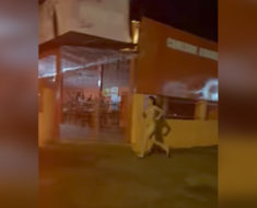 Video picante: Una joven paraguaya corre desnuda tras el novio que se llevó su celular