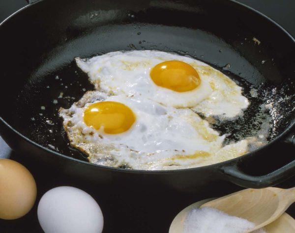 El marido entra en pánico cuando la esposa fríe huevos, espera a que él revele el porqué