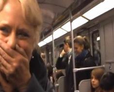 De repente en el metro: La mujer no puede contener la risa – ahora mira la inesperada reacción en el vagón