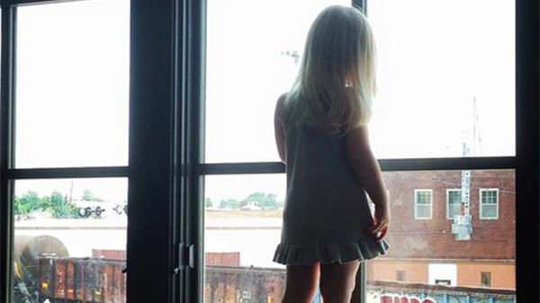 Niña saluda todos los días al conductor – 3 años después descubre un cartel en esa ventana
