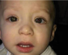 Padre tomó una foto a su bebé – la mira de cerca y descubre el peor temor de cualquier padre