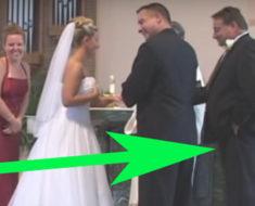 La pareja está en el altar, de repente al padrino le sucedió algo y todos ríen sin parar