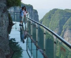 VIDEO: Una pasarela de cristal a 1.200 metros de altura 'se rompe' bajo los pies de un hombre
