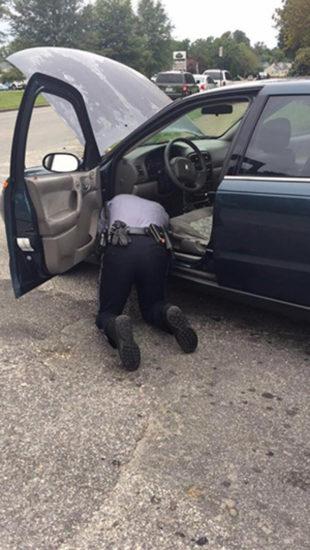 Policía pide a una mujer abrir su cajuela, lo que la cámara captó se difunde por todo el mundo