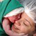 Recién nacida abraza la cara de su mamá apenas la ve, el vídeo te encantará