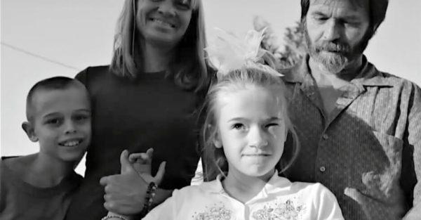 Advirtieron a los padres de que no adoptaran a la niña rubia – pero ellos desafiaron a todos y descubrieron la verdad