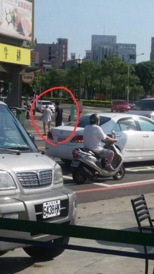 Anciano en pañales apareció en una tienda – El cajero primero lo detuvo y después lo siguió
